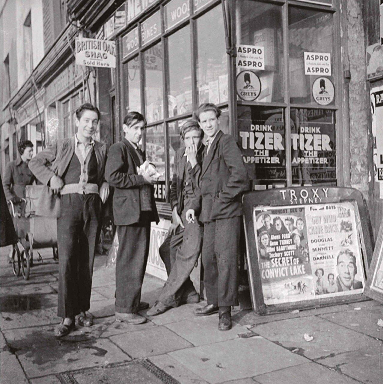 Курящие подростки рядом с газетной лавкой, улица Кливленд-уэй, район Бетнал-Грин