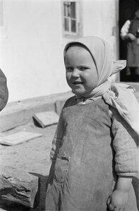 Маленькая девочка возле дома