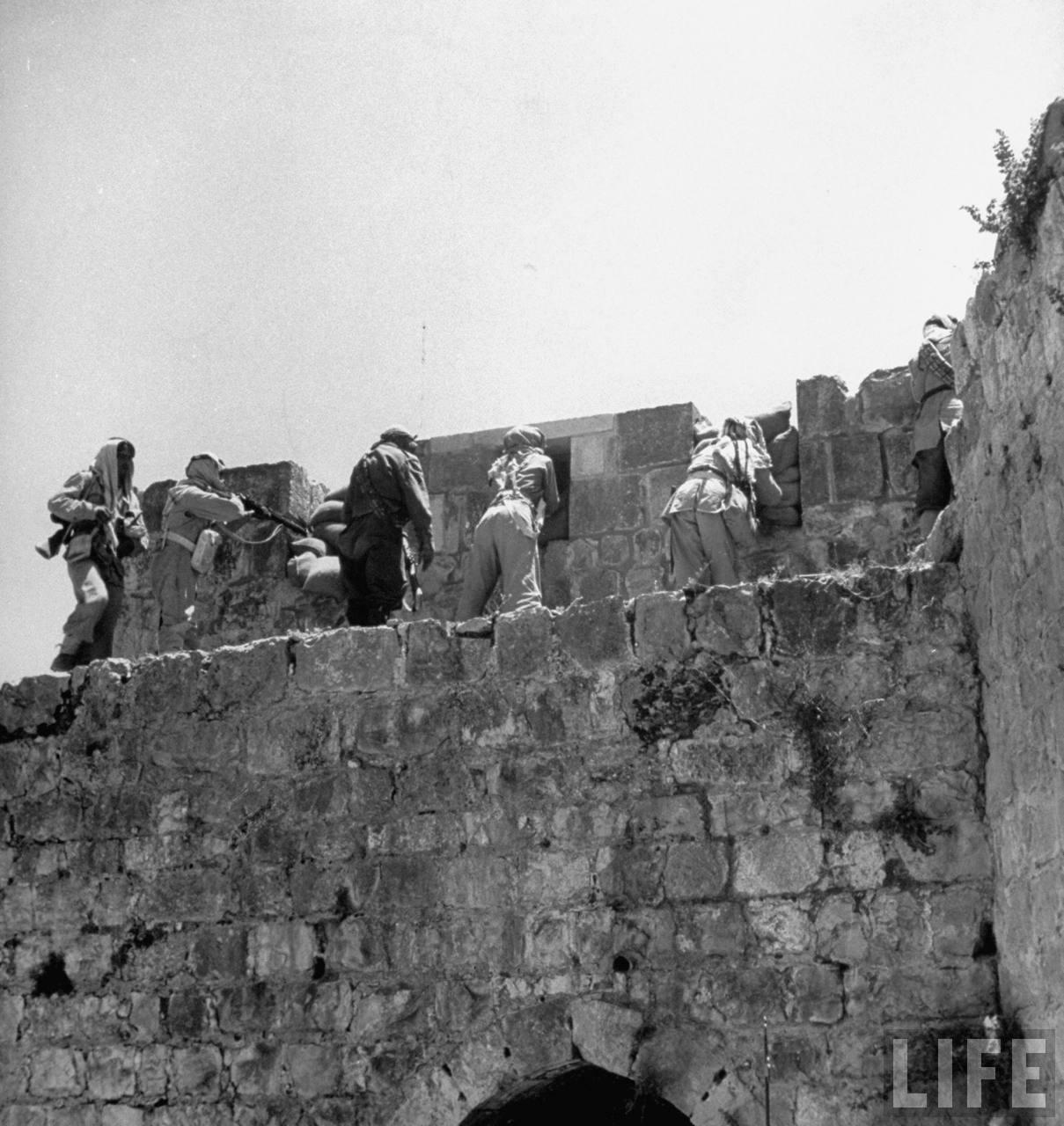 Арабские легионеры стреляют со стен старого города, май