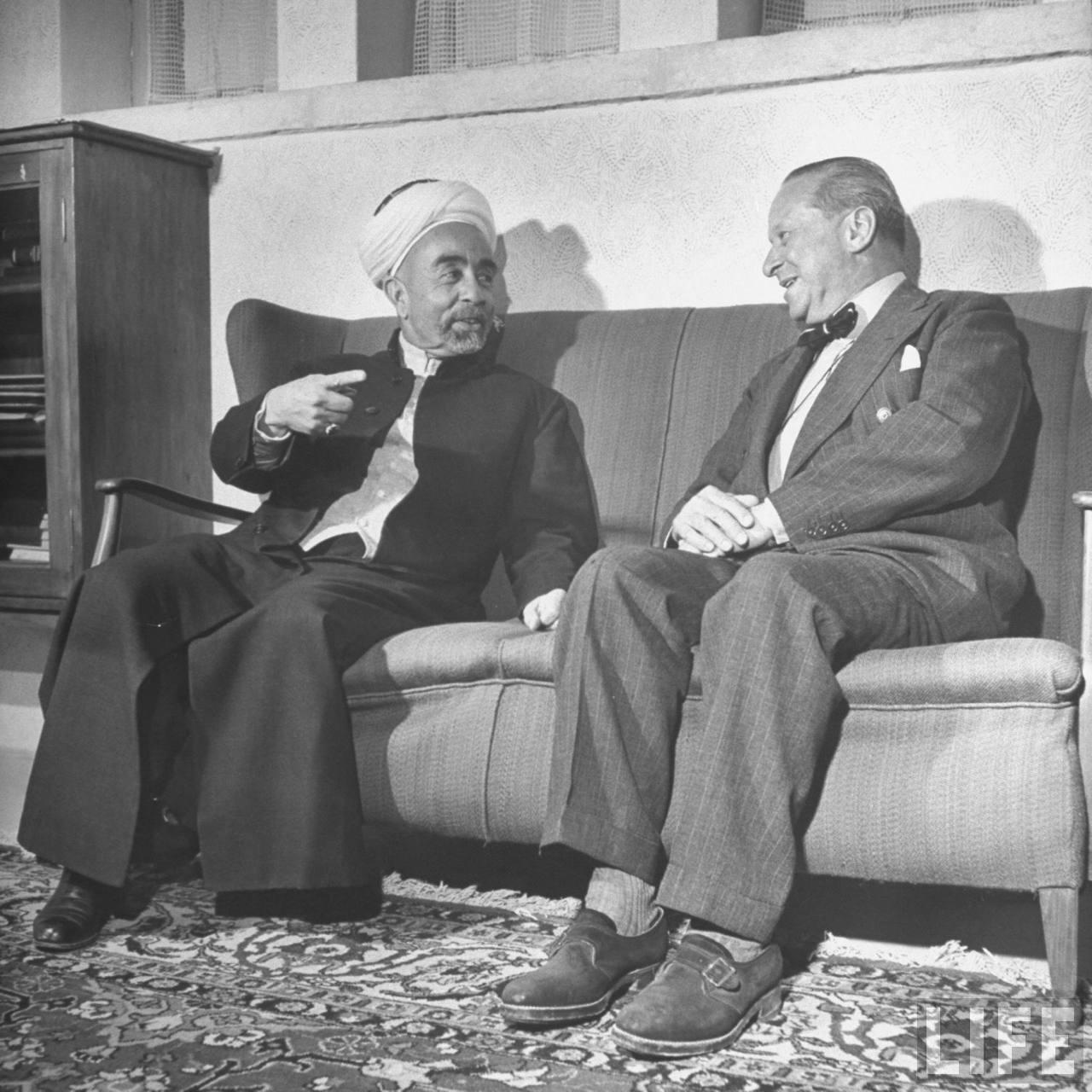 Король Абдулла ибн Хусейн беседует с бывшим Верховным комиссаром Палестины сэром Гарри Люком. Июнь