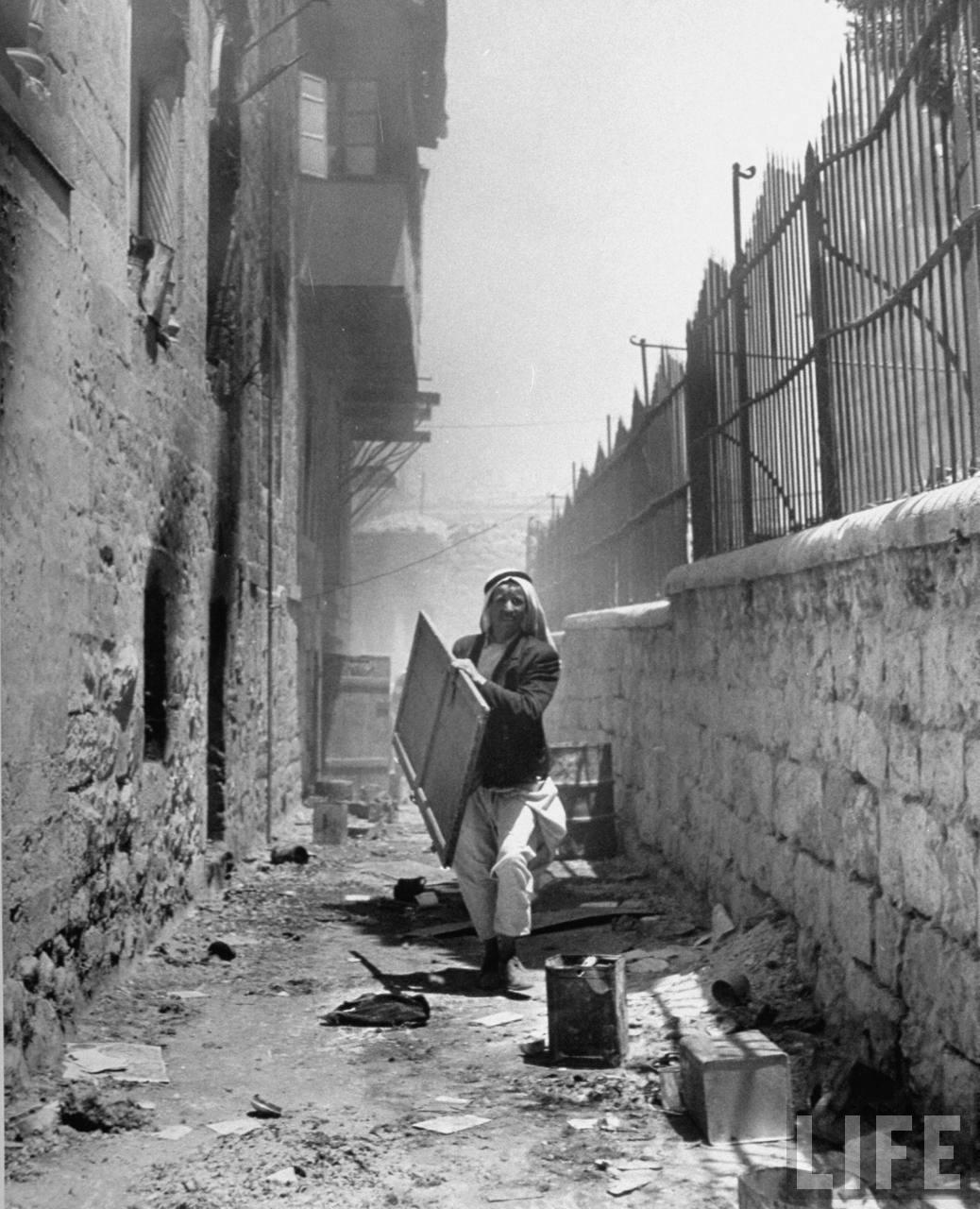 Мародер в покинутом еврейском квартале Иерусалима. Июнь