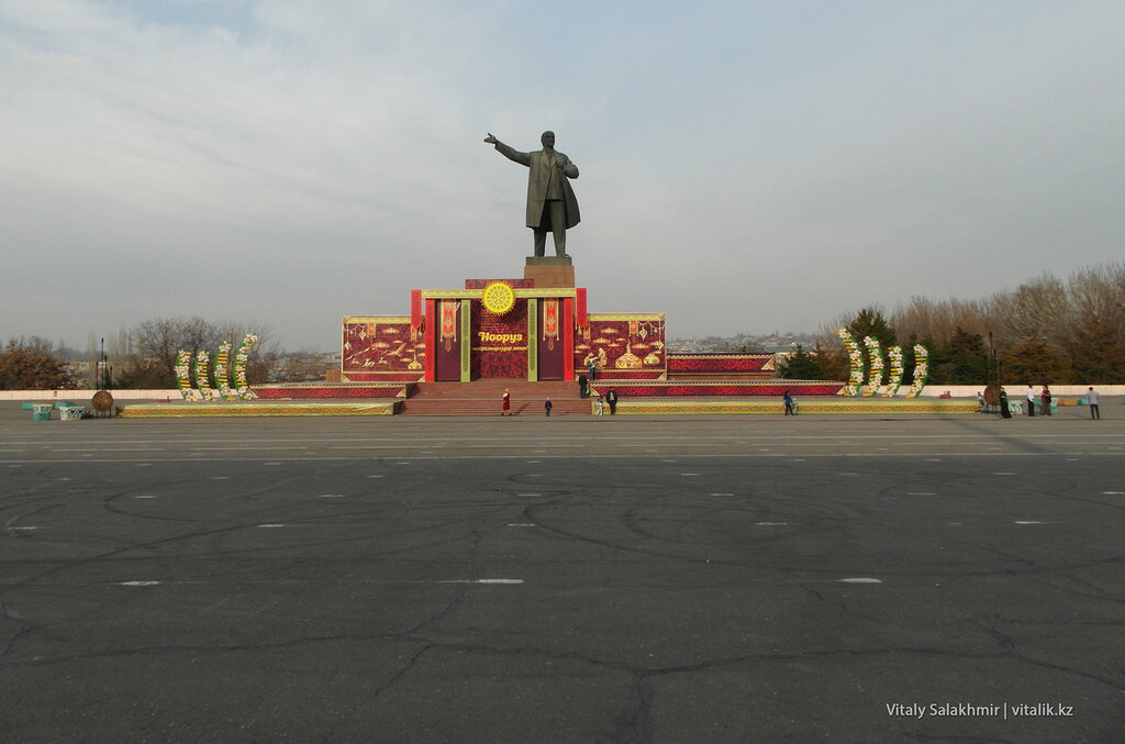 Статуя Ленина на площади в Оше