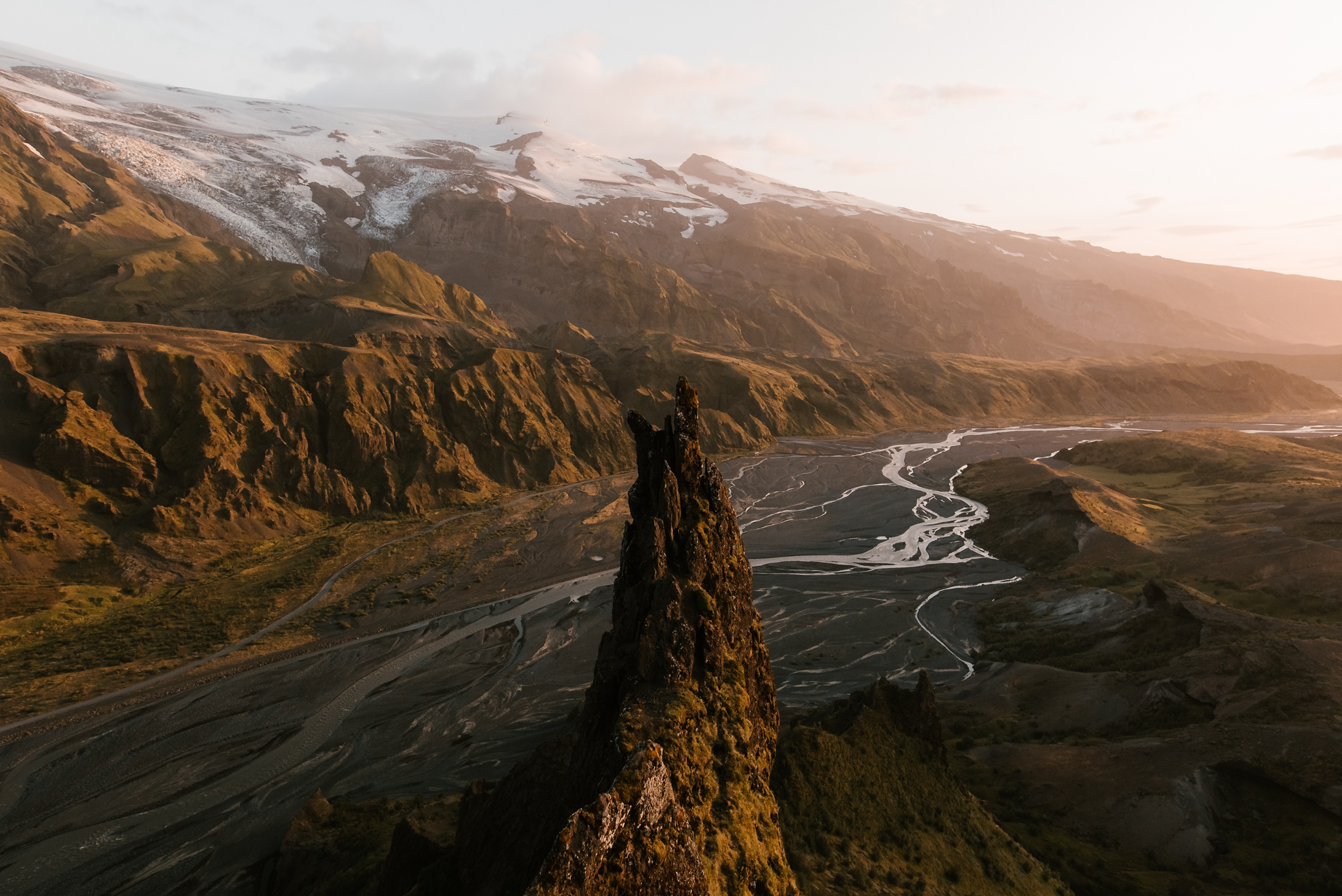 Stunning Landscapes of Iceland During Golden Hour (12 pics)
