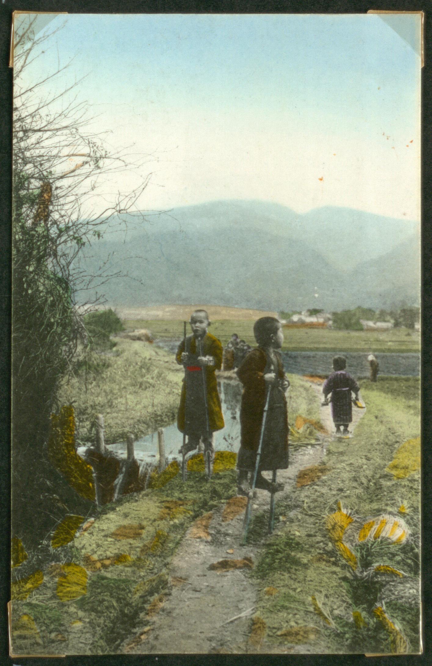 Дети ходят на ходулях