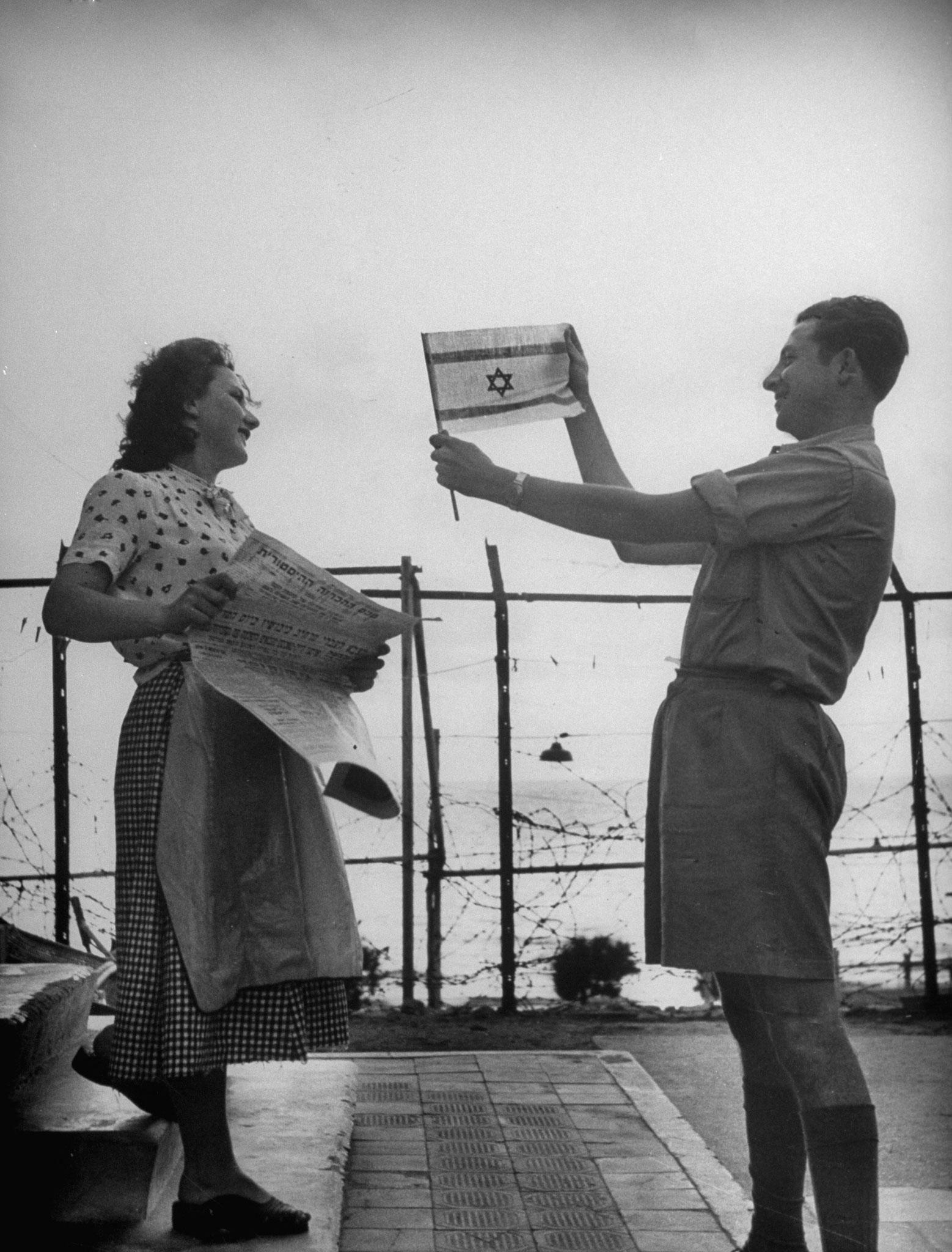 Демонстрация израильского флага в день объявления независимости