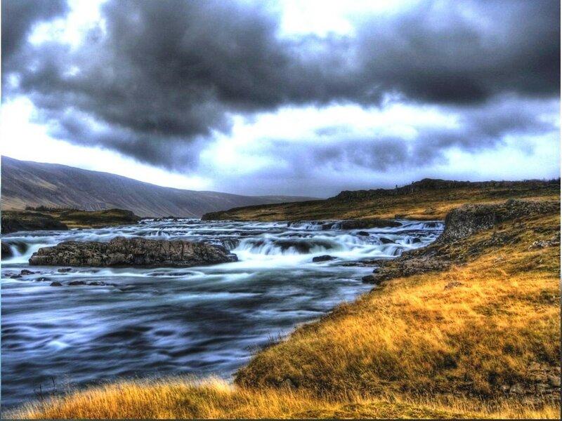 В Исландии, у гор, где река впадает в озеро ... lake mountain iceland mountain and lake.jpg