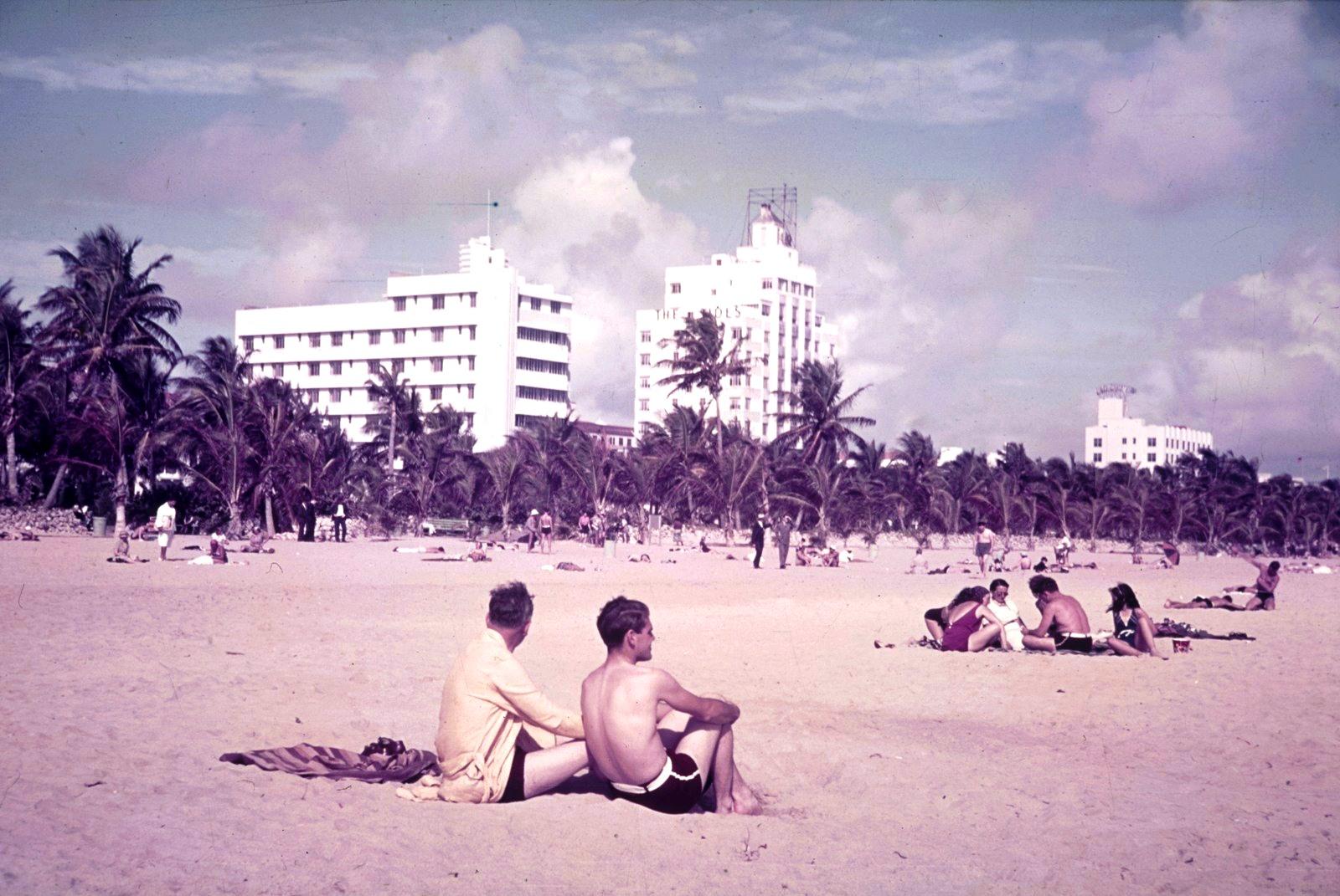 Майами. Пляж с видом на отель «TheTides» (в центре) на Оушен Драйв