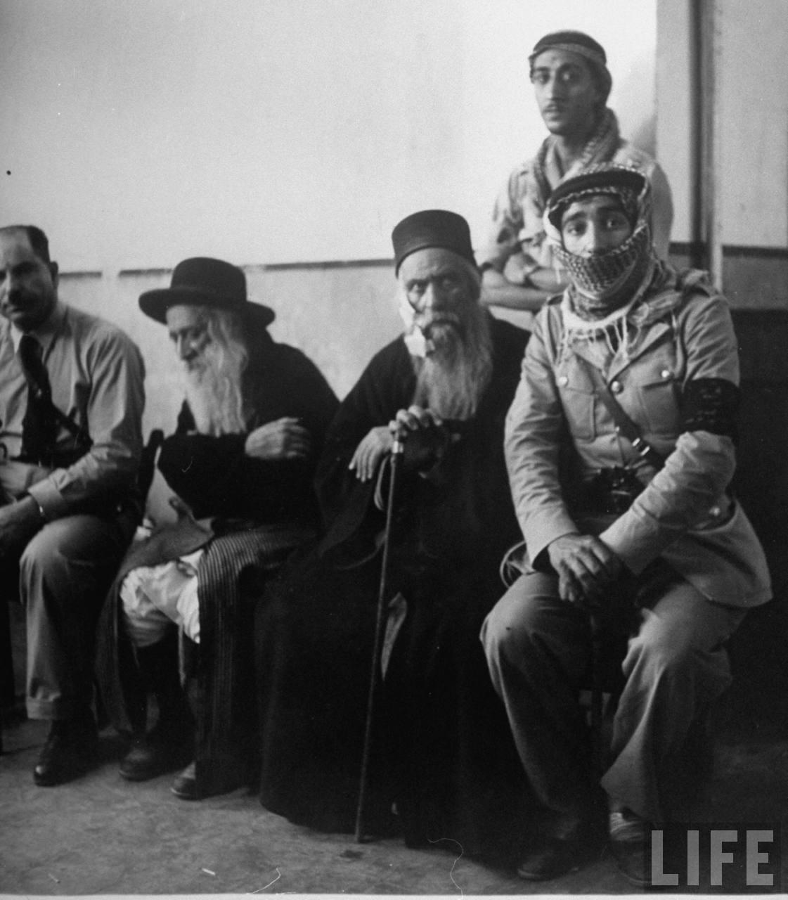 Два раввина с солдатами арабского легиона. Июнь