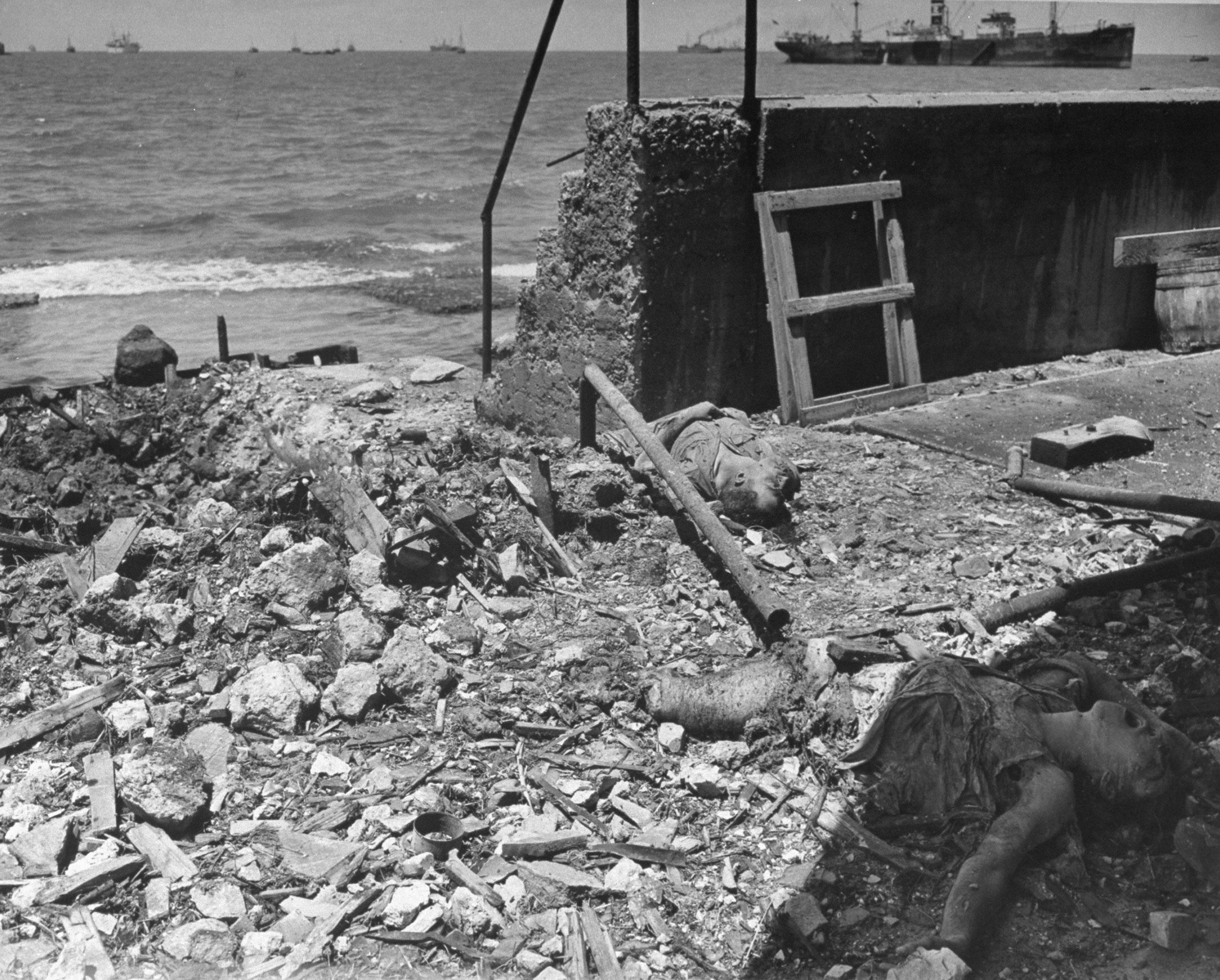 После воздушного налета египетской авиации тела мертвых евреев лежат среди обломках вдоль набережной Тель-Авива. 15 мая