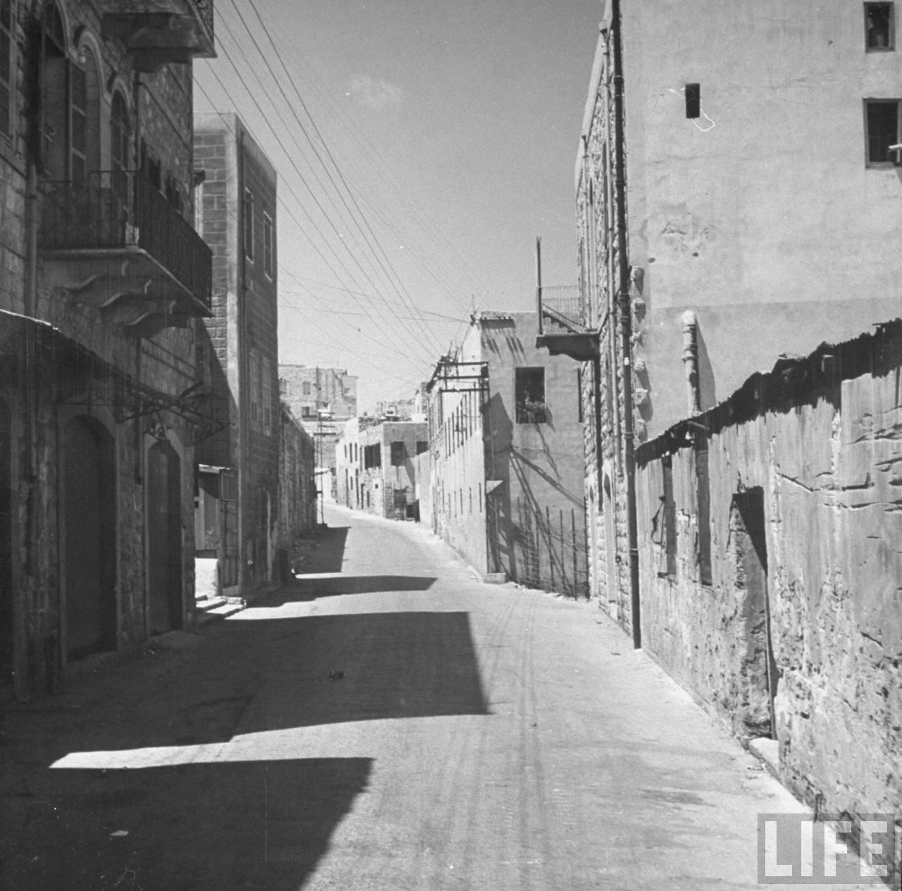 Стэнтон-стрит в Хайфе полностью опустела после того, как евреи изгнали все арабское население во время операции «Биур Хамец». Апрель