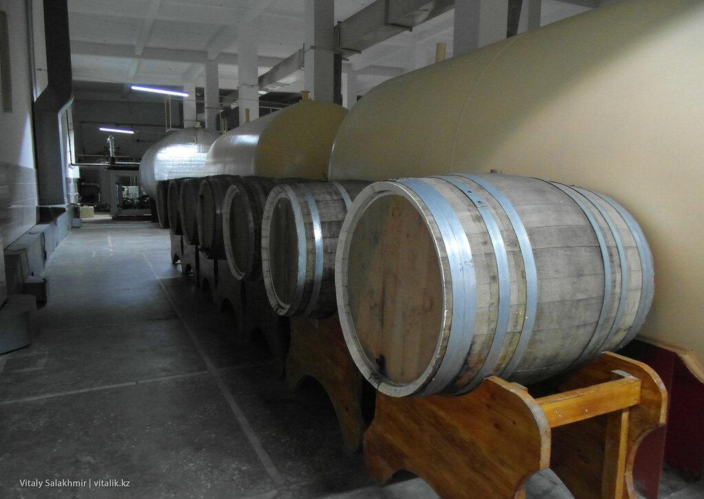 Бочки с вином на заводе Бахус