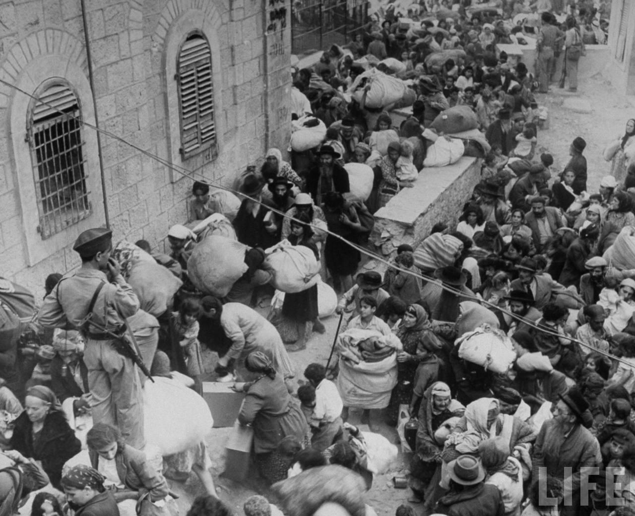 Евреи, пытающиеся покинуть часть города, сдаются арабским войскам. Иерусалим, июнь