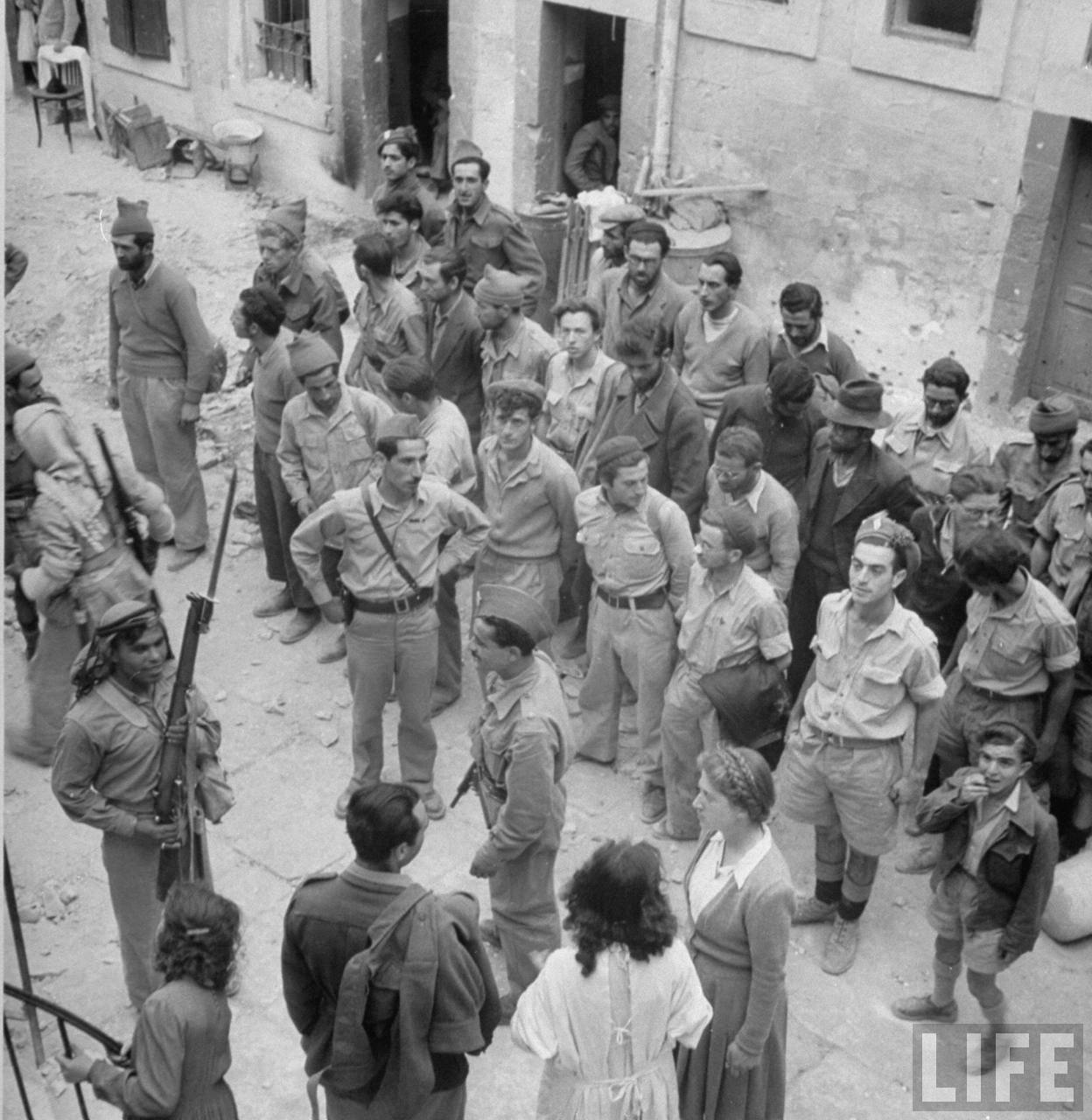 Еврейские солдаты под охраной солдат арабского легиона после их капитуляции в Иерусалиме. Июнь