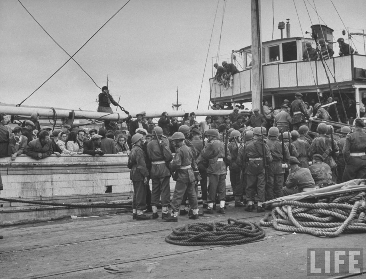 Еврейские иммигранты на борту захваченного судна, окруженного британскими войсками, которые остановили корабль незадолго до официального создания государства Израиль.Хайфа.  Апрель