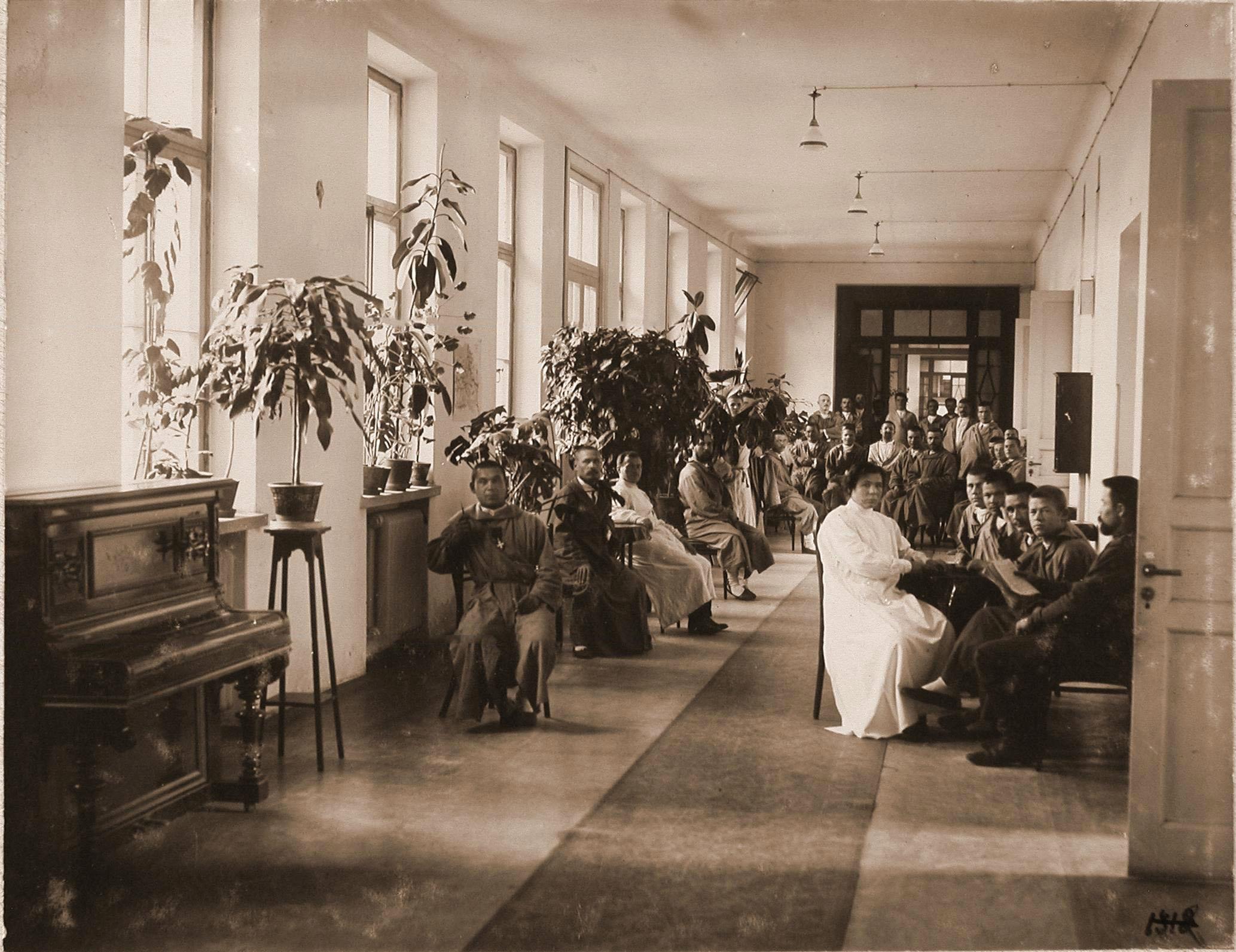 Больные и раненые в коридоре 2-го этажа больницы