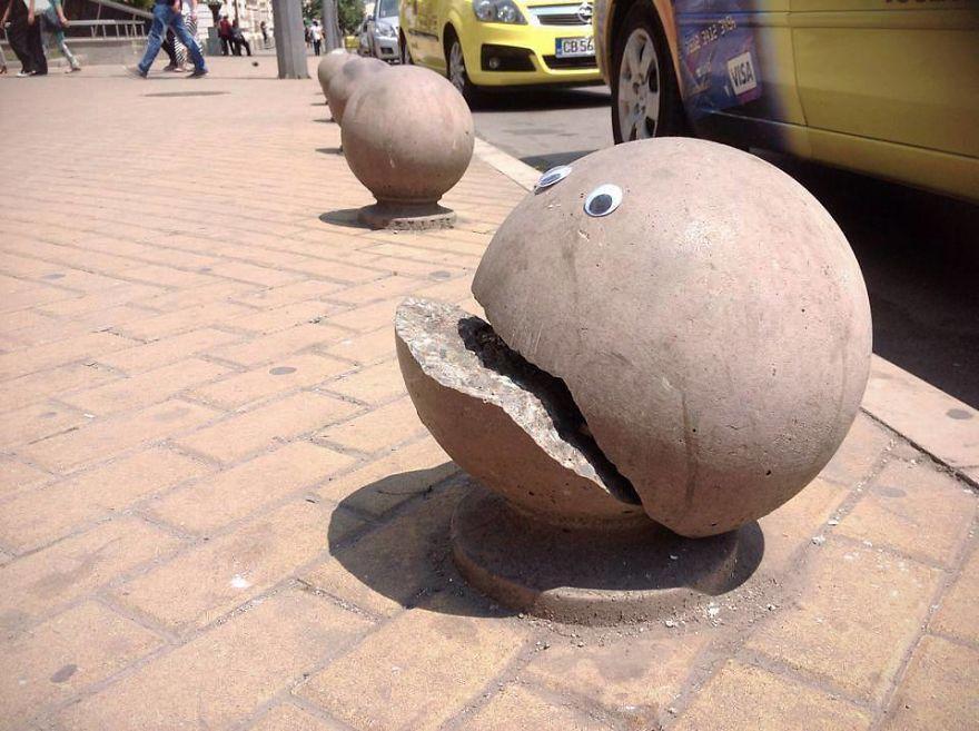 Tem alguem colocando olhos pela cidade