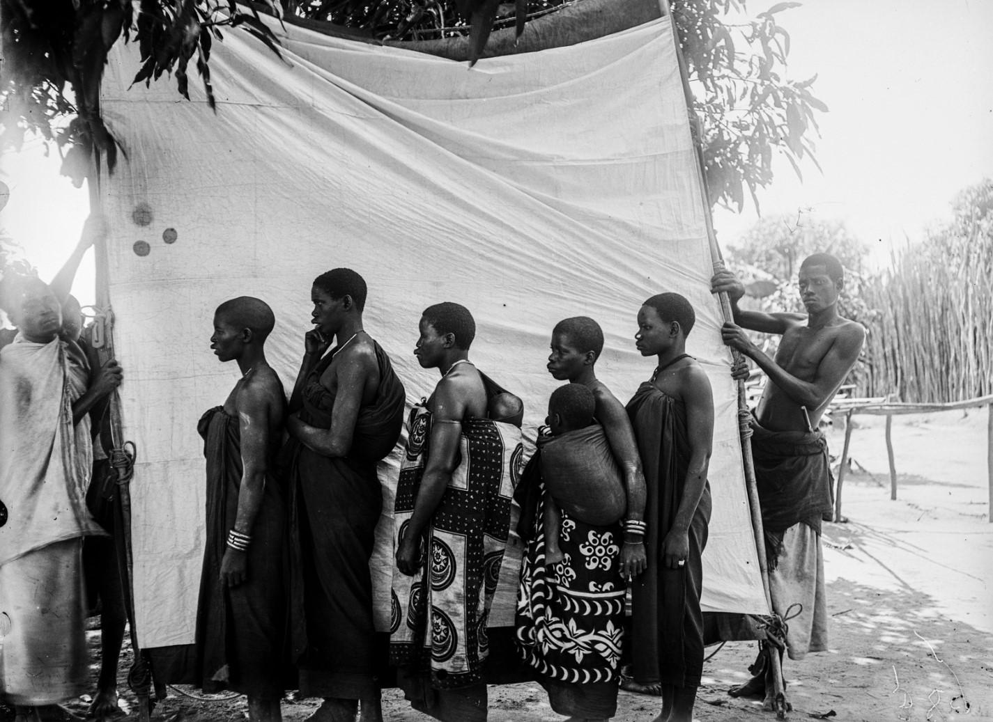 31. Антропометрическое изображение четырех женщин макуа с детьми