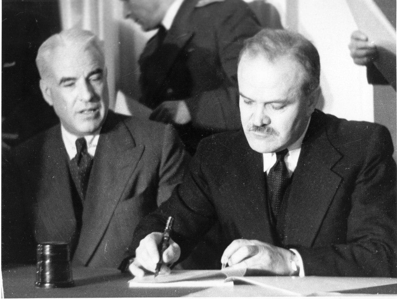 В.Молотов подписывает документы