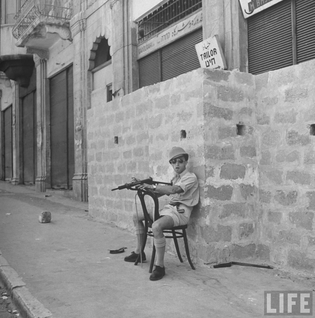 Боец Хаганы в арабском квартале Хайфы во время операции операции «Биур Хамец». Апрель