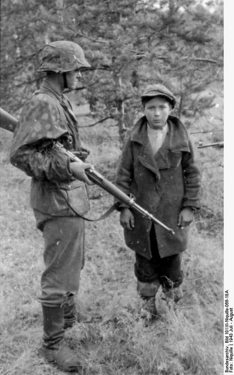 Задержанный в лесу подросток. Лето 1943 года.