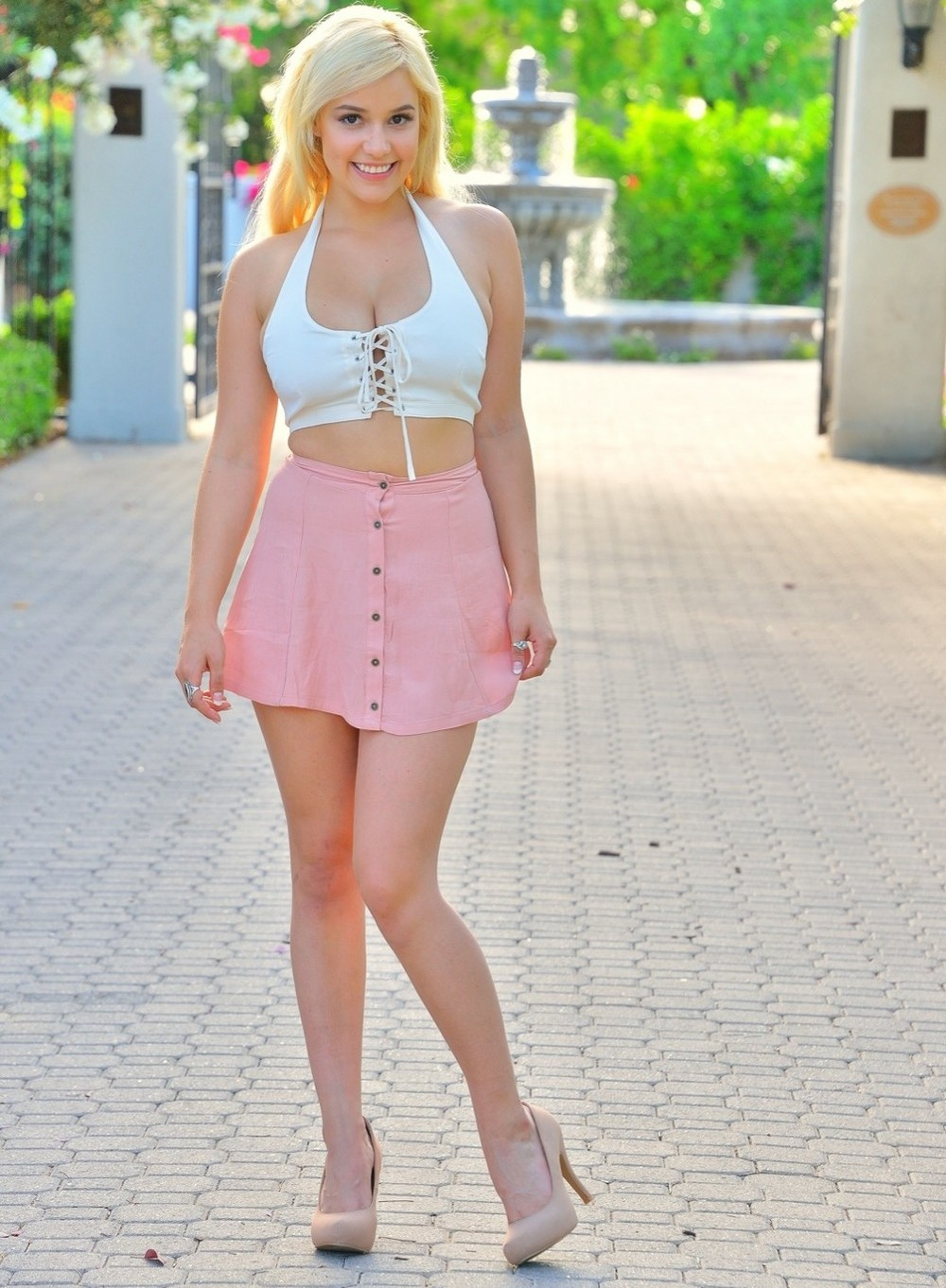 Грудастая блондинка Bonnie