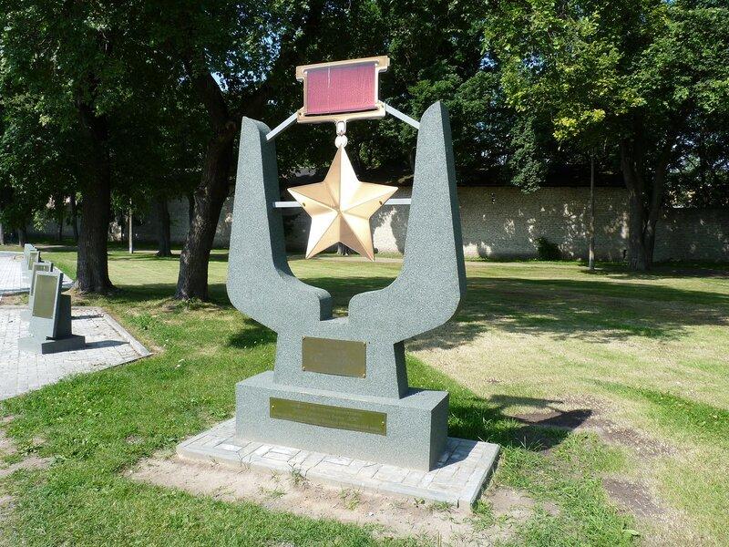 Здесь вдоль одной из дорожек мемориала были установлены 18 тумб с  фамилиями, датами жизни Героев Советского Союза, получившими это звание за  подвиги, ... ca0133ed0c2