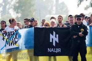 украинские нацисты встречают Крёстный ход мира.JPG