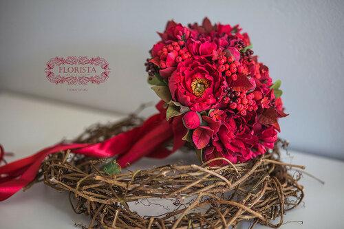 Букет красных пионов для невесты.