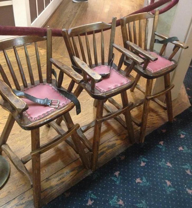 Старинные детские стулья напоминают о пытках и телесных наказаниях былых времен. Сразу видно — завед