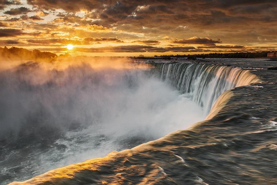 36.Восход солнца на Ниагарском водопаде.