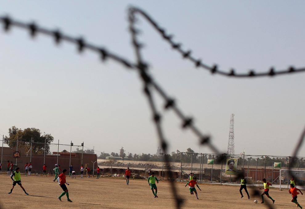 22. Иракцы играют в футбол на поле в Багдаде. (Shannon Stapleton/Reuters)
