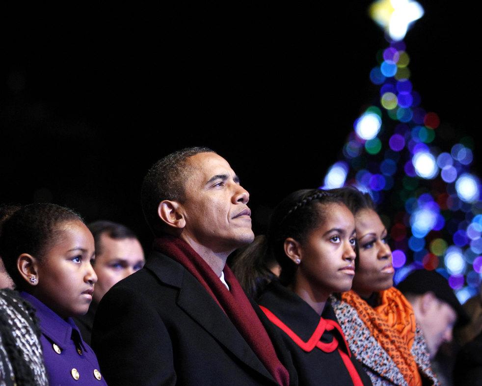 26. Президент США Барак Обама с женой Мишель и дочерьми Сашей и Малией на ежегодной церемонии зажжен