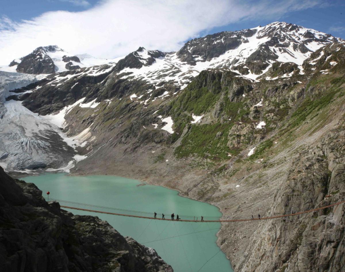Trift BridgeTrift Bridge расположен в Альпах. Это 180-метровый в длину и 110-метровый в высоту м
