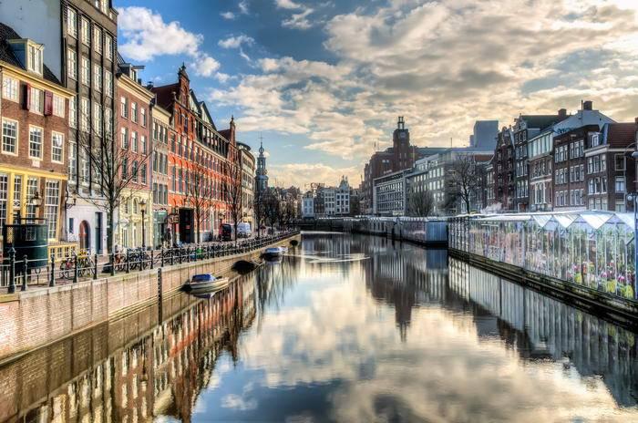 Амстердам не столь популярен у туристов, как Париж, но его тоже обязательно стоит посетить. Поездка