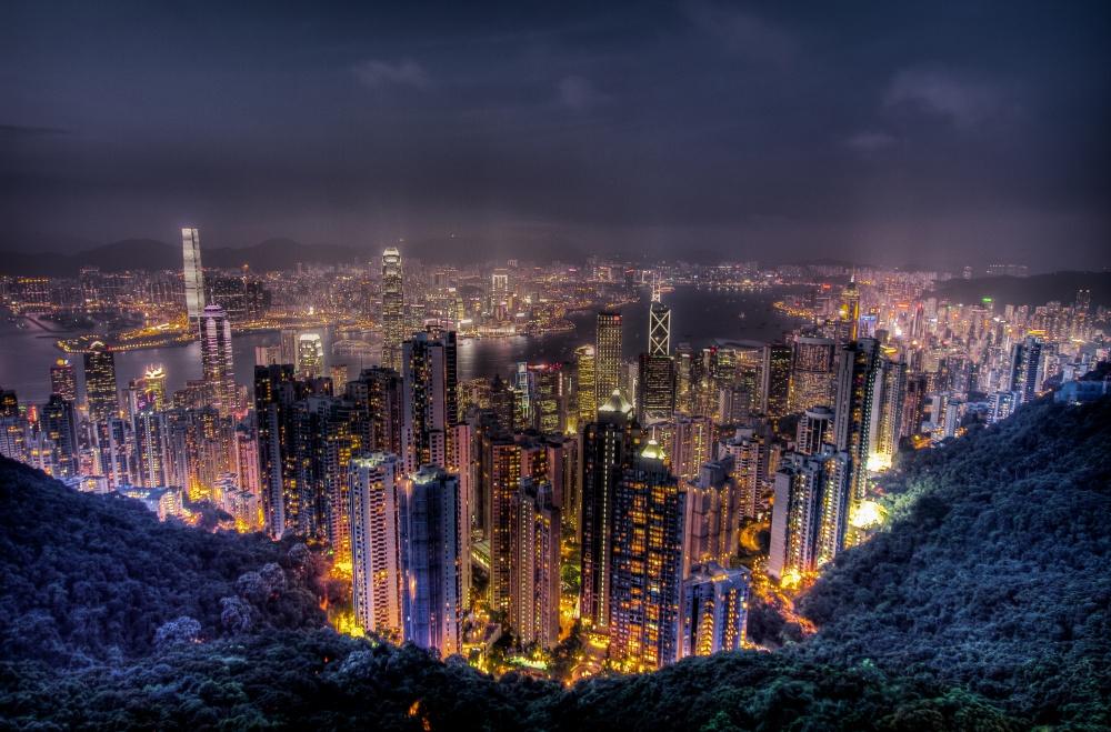 Пик Виктория, расположенный к западу от Гонконга, открывает шикарный и красочный вид на ночной город