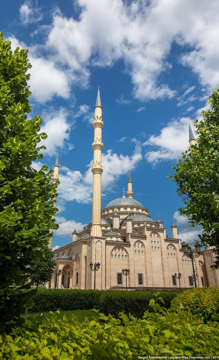 2. Лучший вид на мечеть открывается с высоток Грозный-Сити. В одной из них расположен одноименный от