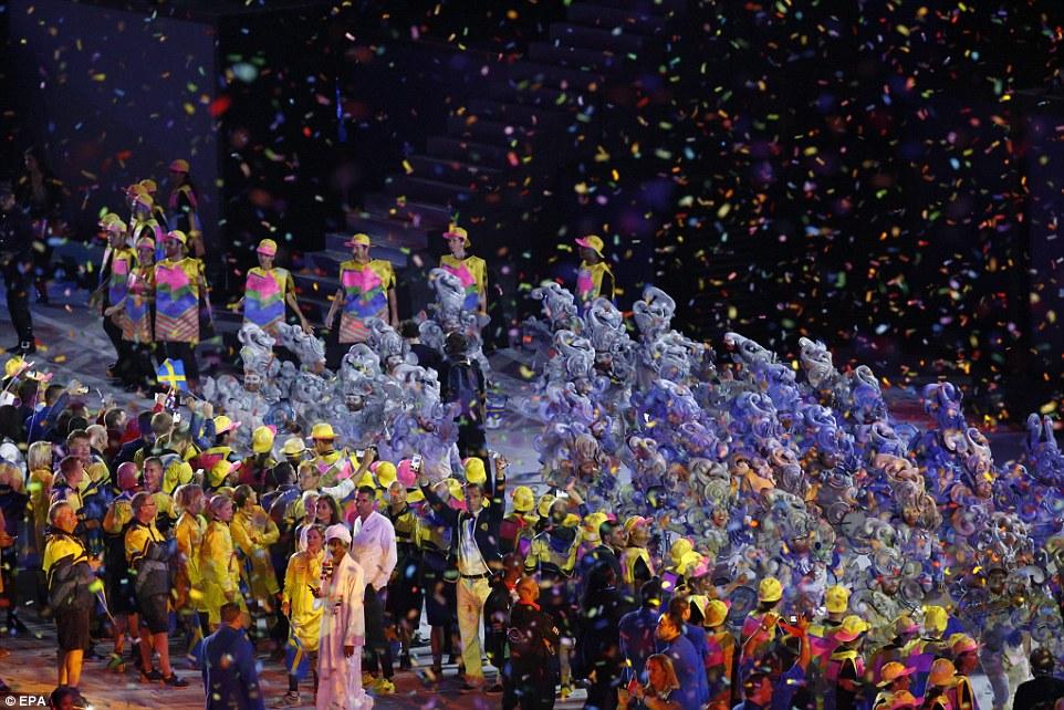 Танцевальное шествие под дождем из разноцветных конфетти.
