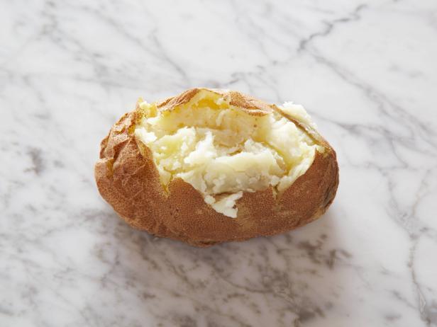2. Печеный картофель 1 небольшой (от 4 до 6 сантиметров в диаметре) = 100 калорий