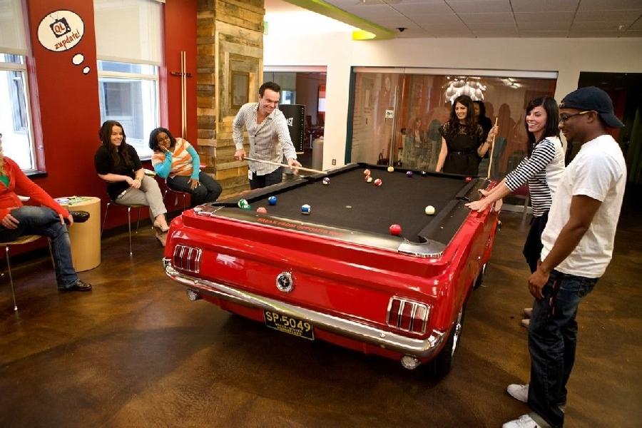 7. Офис Quicken В офисе компании Quicken Loans сотрудники могут сыграть в бильярд на столе стилизова