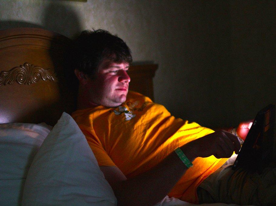 Уберите все гаджеты из спальни. Спальня для того, чтобы спать, а телефон или планшет будут вас отвле