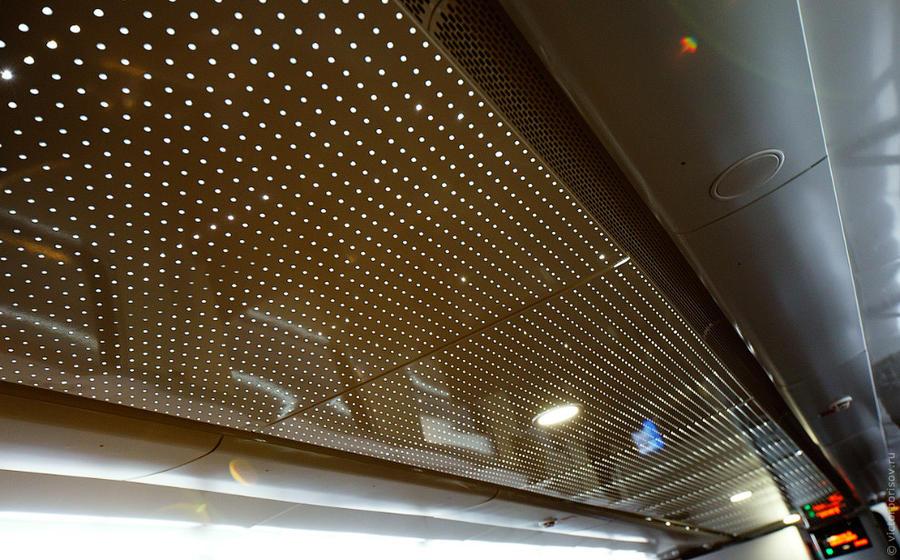 14. В вагонах первого класса также имеется опциональная рассеянная подсветка на потолке.