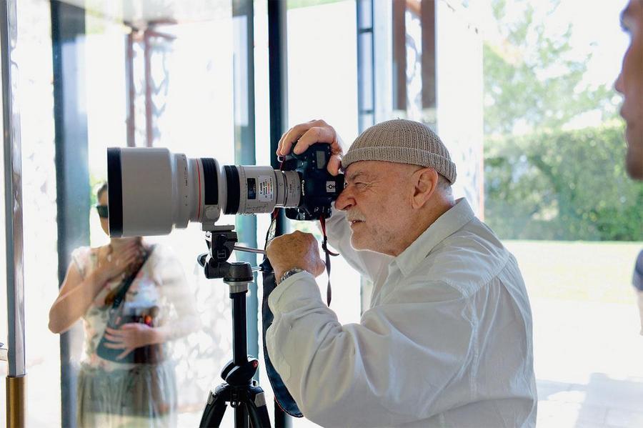 Ханс Фойрер (Hans Feurer) родился в Швейцарии в 1939 году. Он изучал искусство на родине, после чего