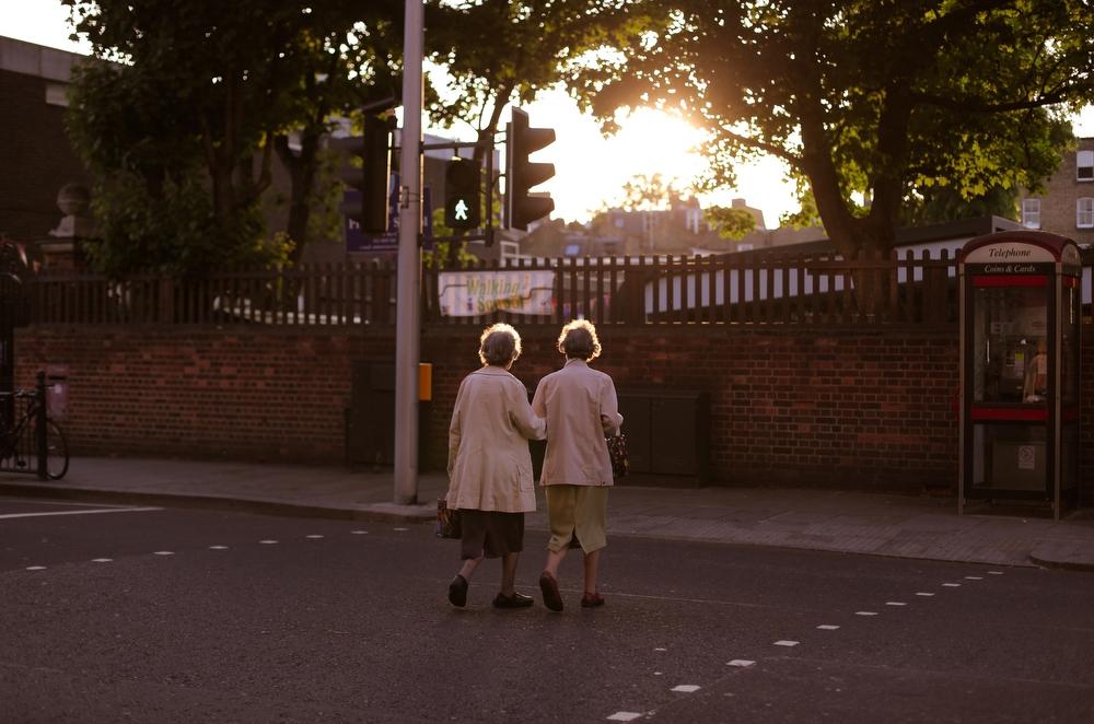 Это Лондон, 2012 год. Вокруг полно машин, люди спешат куда-то, нетерпеливо обгоняют друг друга, кто-