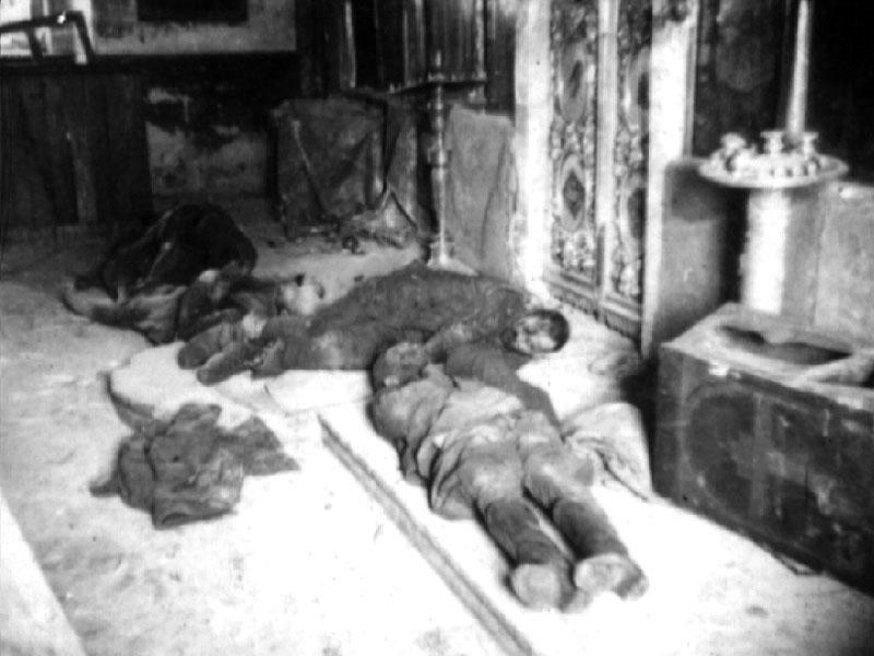 Трупы пленных красноар. в соборе г. Верея. Московская обл., 1941 г.jpg