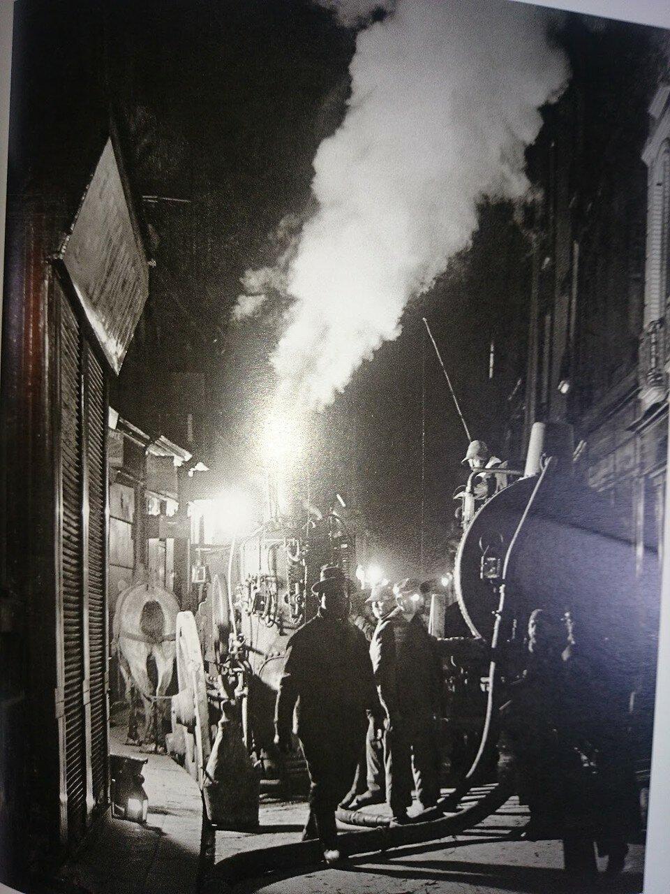 1931. Мусорщики у помпы, рю Рамбюто