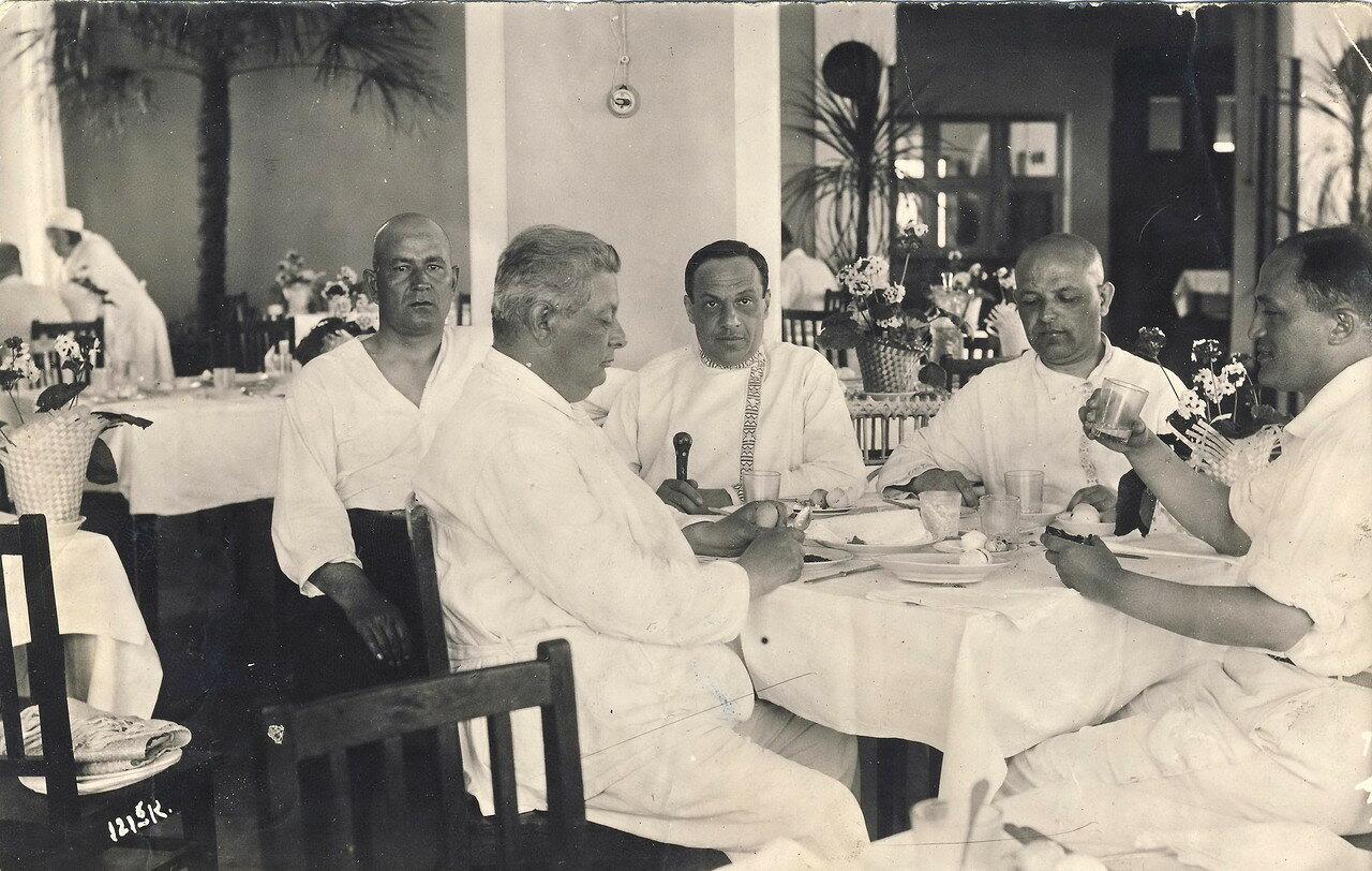 1930. Самуил Лясс (крайний справа). Кисловодск