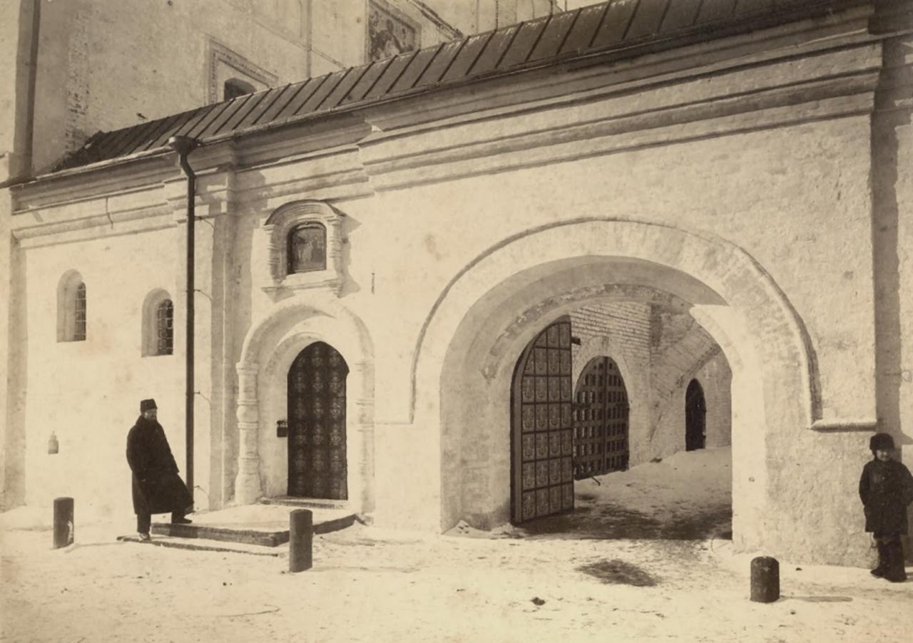 Вход на переход к церкви Спаса на Сенях, вход в Музей Церковных Древностей, кон. XIX в