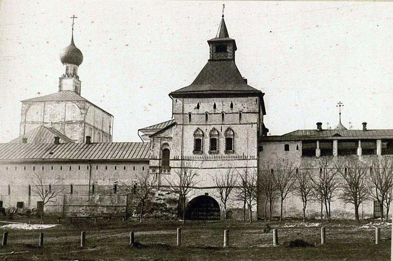 Кремль. Восточная стена кремля; церковь Спаса на Сенях и Водяная башня