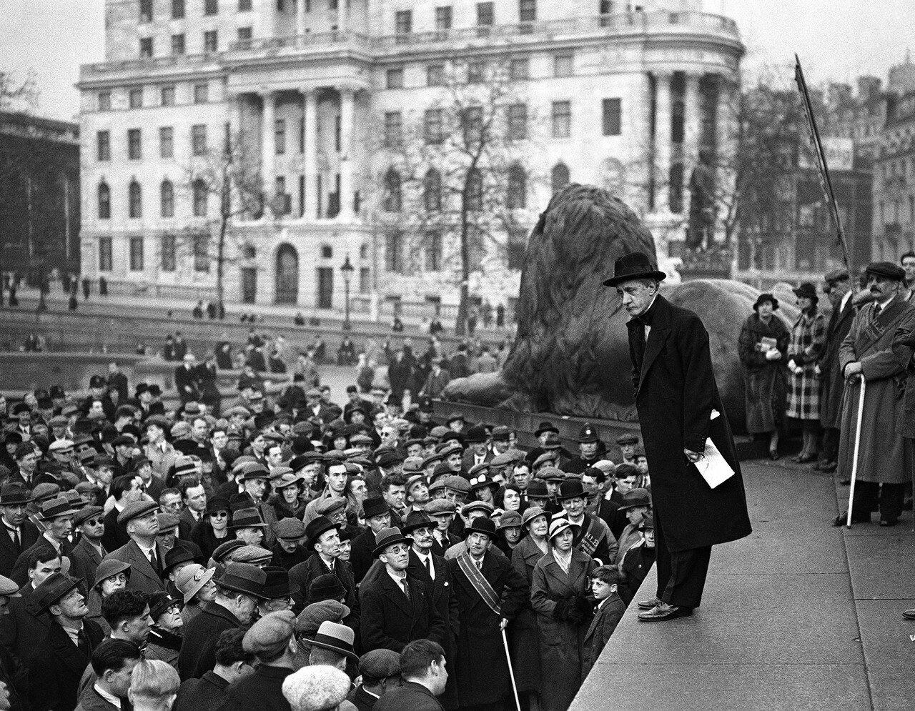 1936. 1 ноября. Ханнен Сваффер, известный британский журналист выступает на  Трафальгарской площади перед слепыми демонстрантами