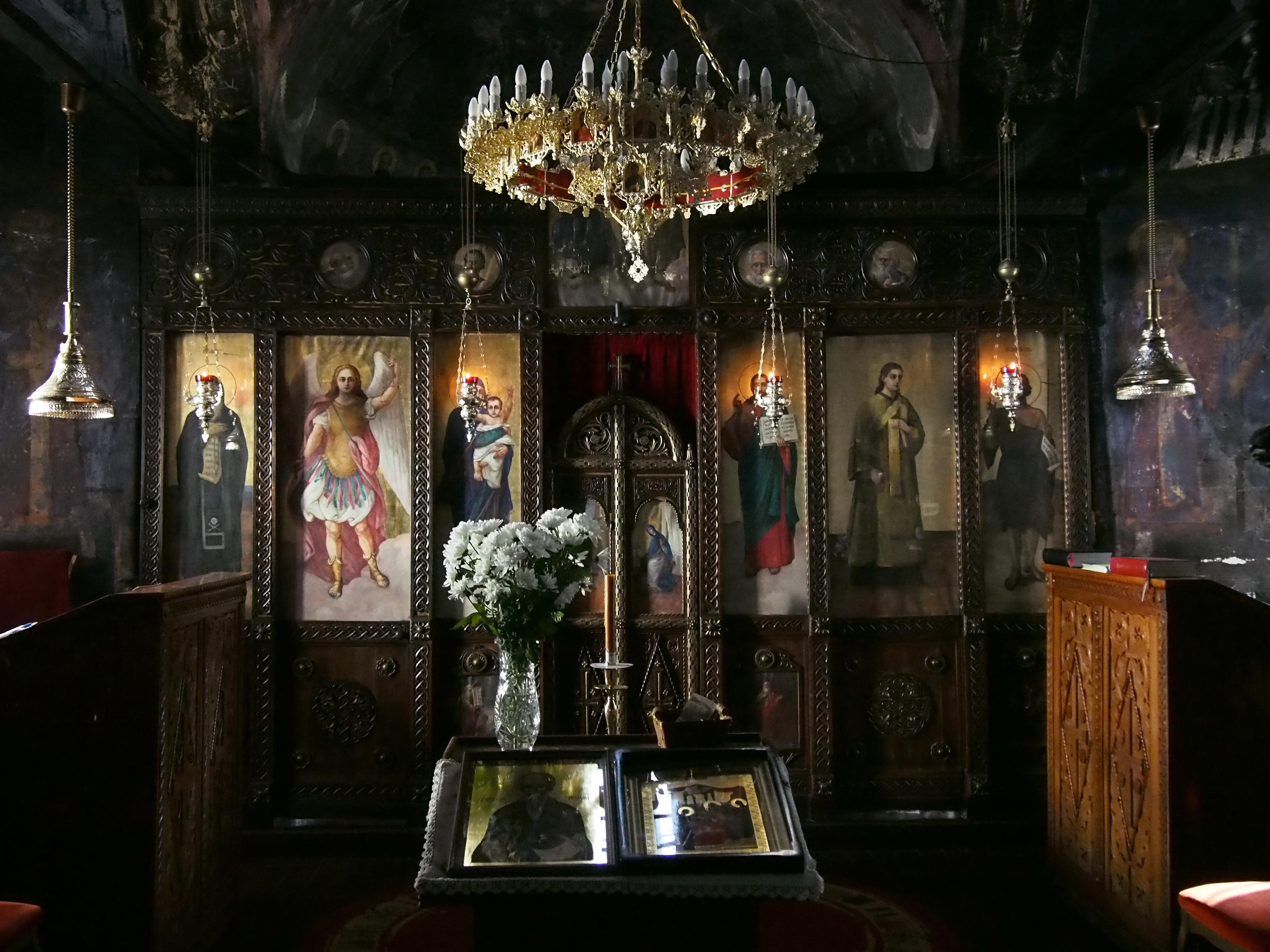 Manastir_Sveti_Roman_-_unutrašnjost.JPG
